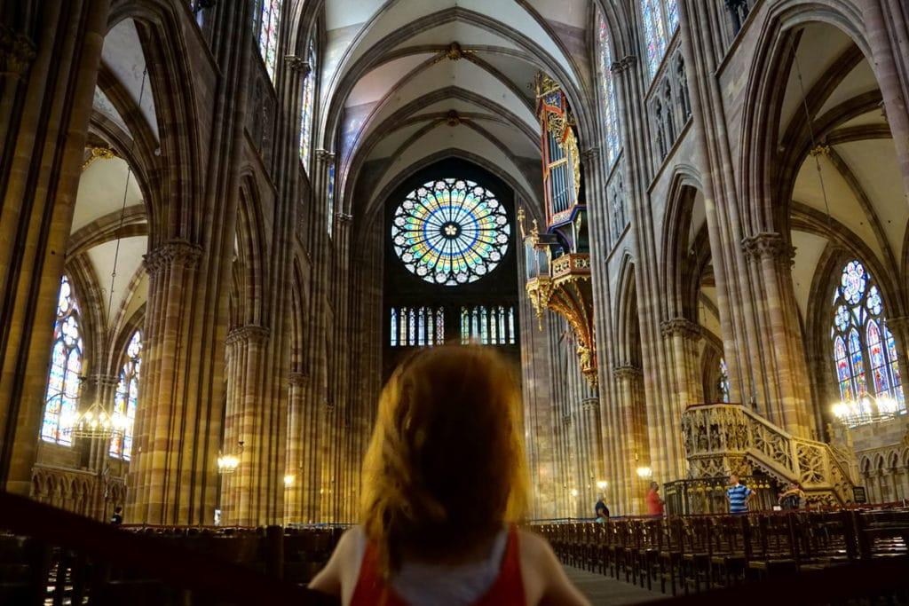 Ma petite fille face à la rosace de la Cathédrale de Strasbourg