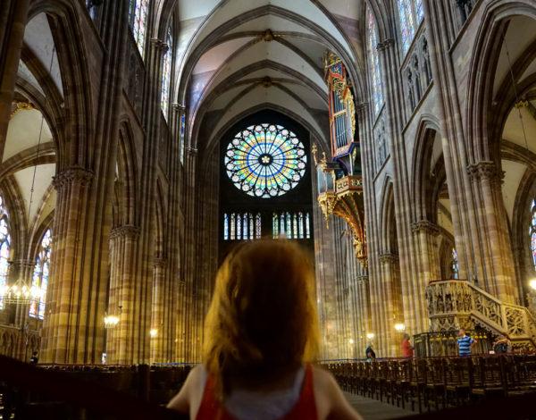Ma petite fille visite la cathédrale de Strasbourg