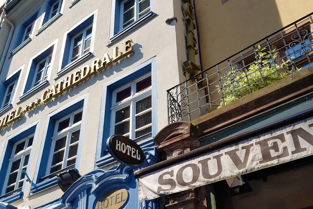 Obus dans la façade de l'Hotel de la Cathédrale à Strasbourg