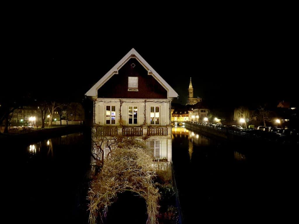 La maison des ponts couverts de nuit