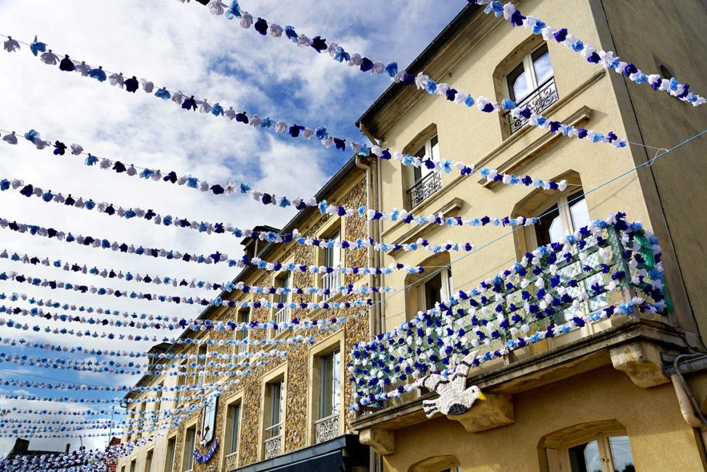 Rue de Port-en-Bessin décorée pour la bénédiction de la mer