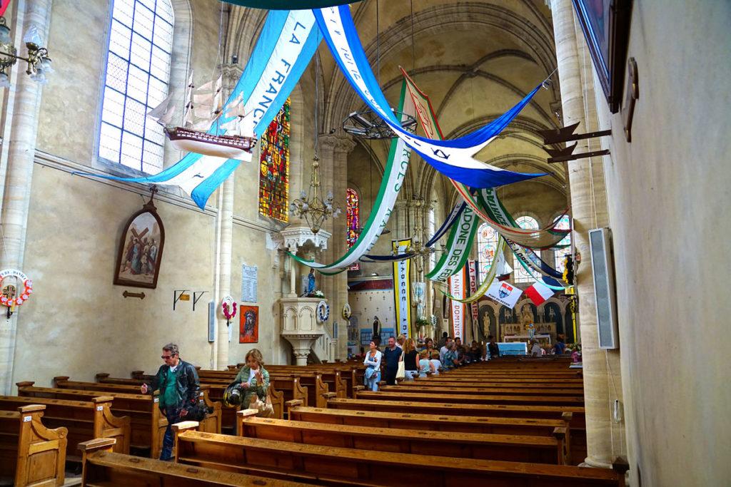 Eglise de Port-en-Bessin décorée pour la bénédiction de la mer