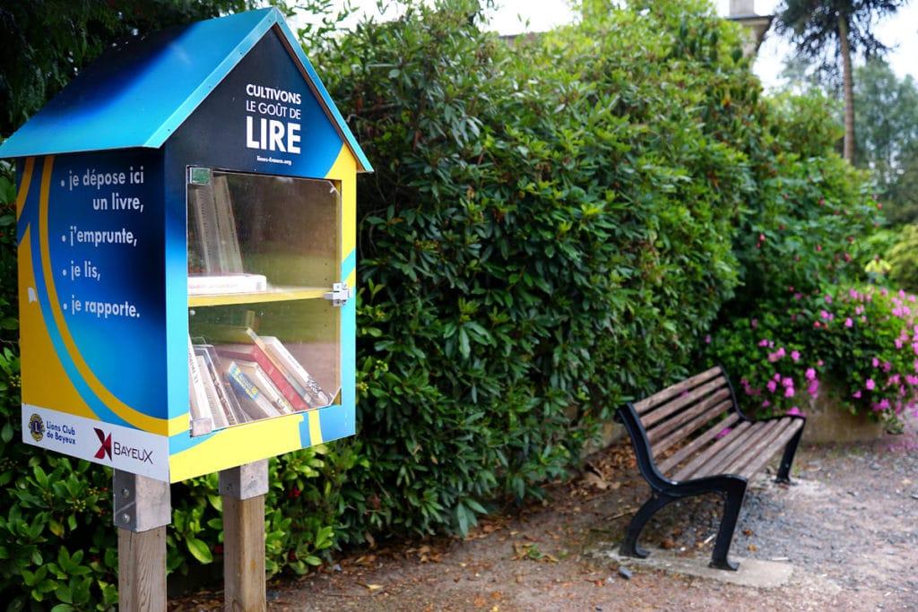 Livres en libre-service au jardin botanique de Bayeux