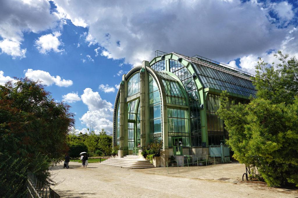 Grande serre à armature métallique au jardin des plantes de Paris