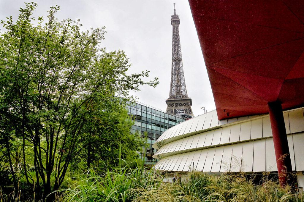Musee du Quai Branly avec la Tour Eiffel