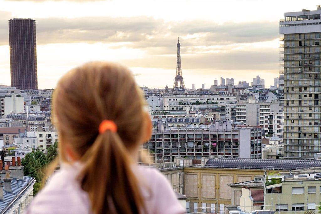 Ma petite fille regarde la Tour Eiffel
