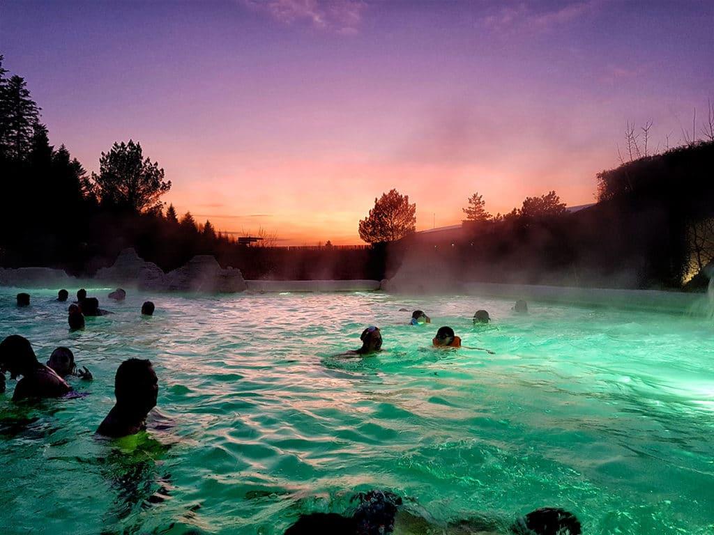 Coucher de soleil piscine extérieure Center Parcs Trois Forets