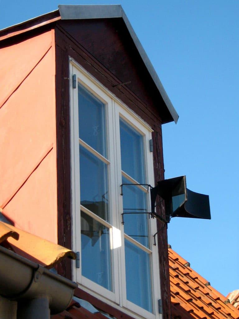 Miroirs à la fenetre d'une maison danoise