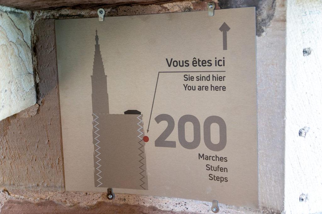 Plaque indiquant 200 marches pour monter à la Cathédrale de Strasbourg