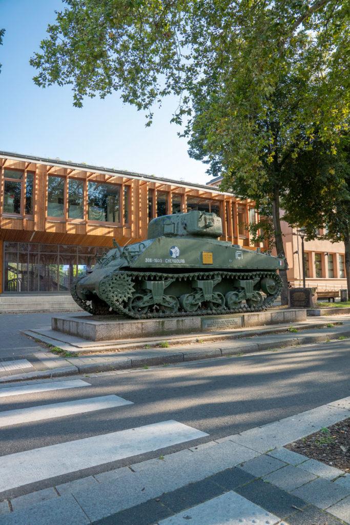 Char Zimmer devant l'école du Rhin à Strasbourg
