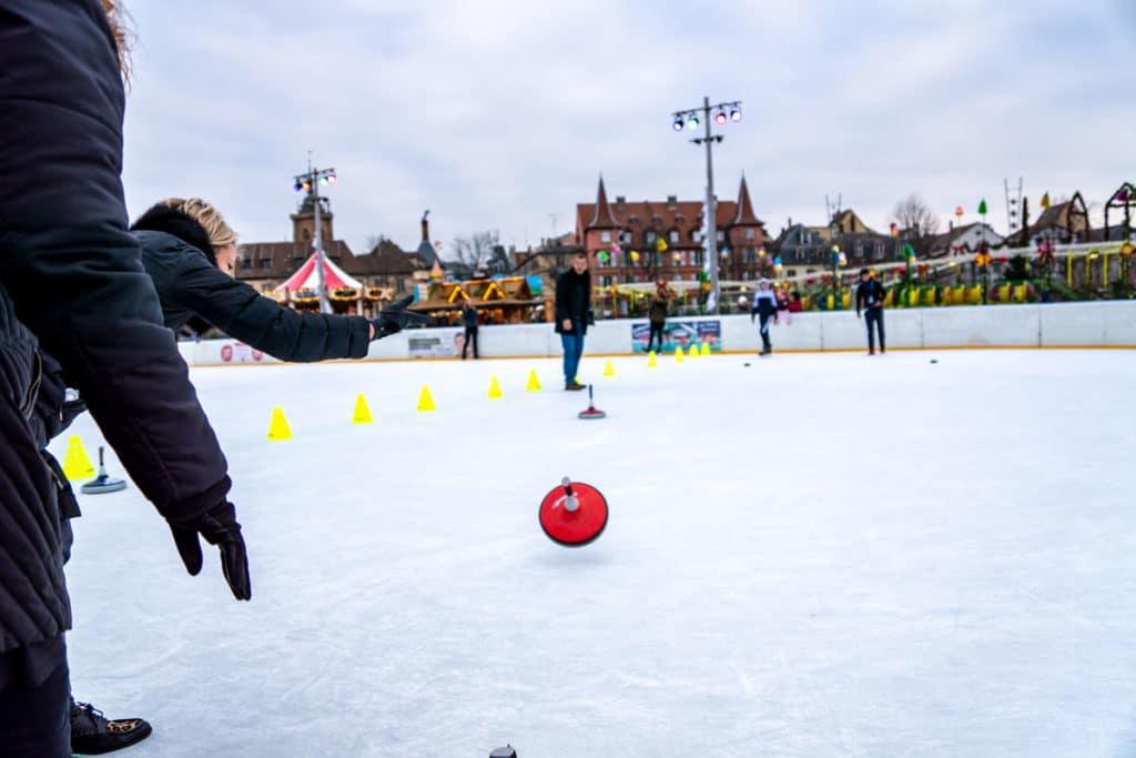 Lancer de eisstock sur la patinoire de Noël à Colmar