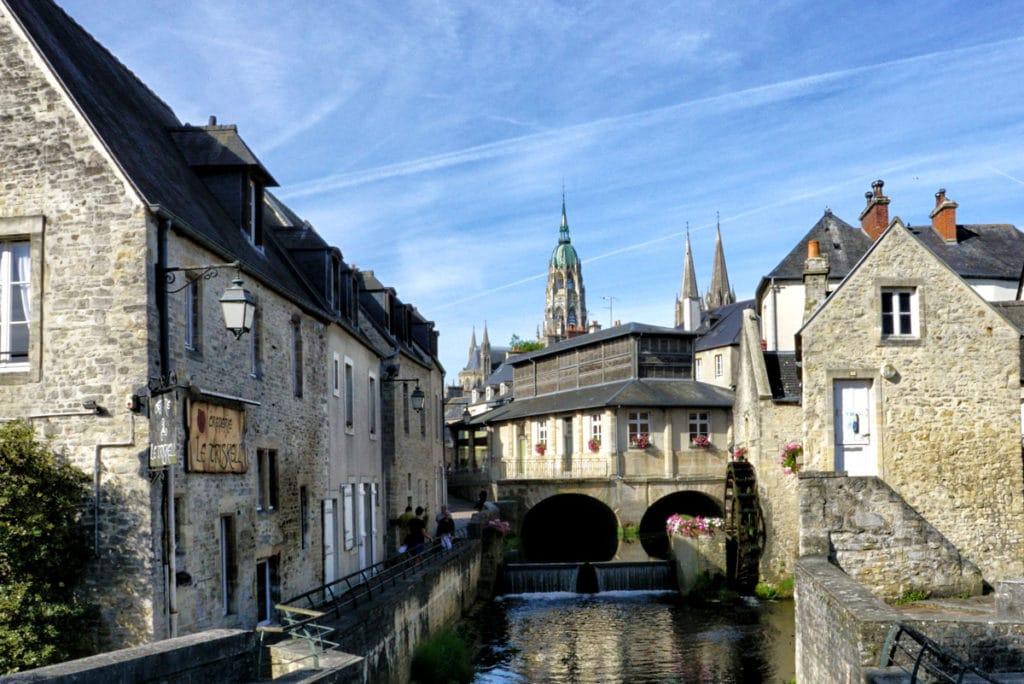 Vue sur la cathédrale de Bayeux et la Halle aux poissons