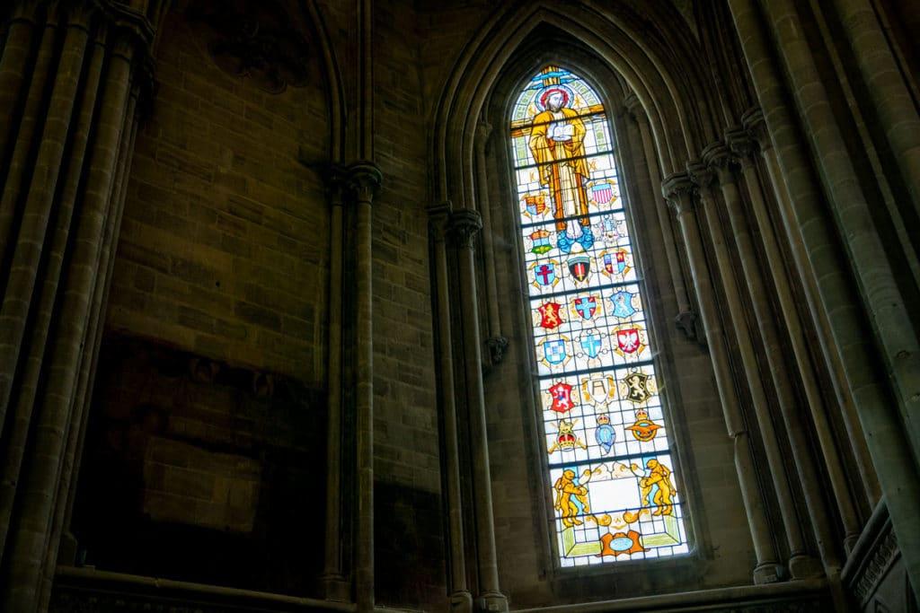 Blasons anglais sur les vitraux de la cathédrale de Bayeux