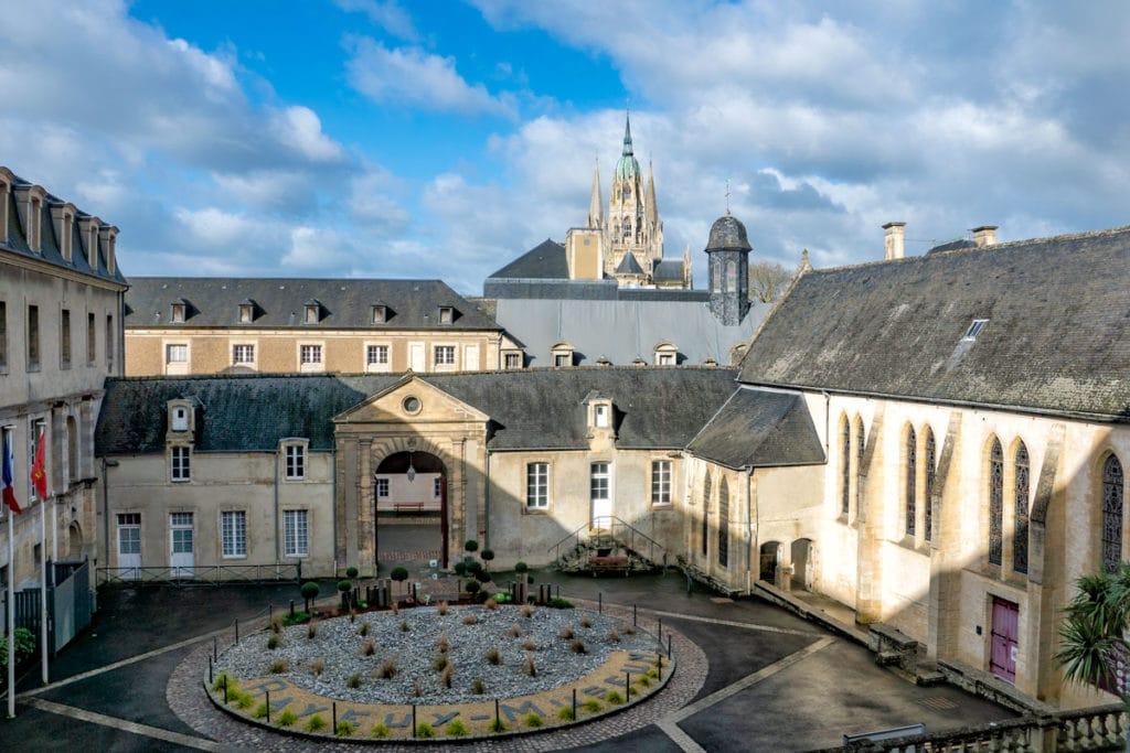 Cour du musée de la Tapisserie à Bayeux