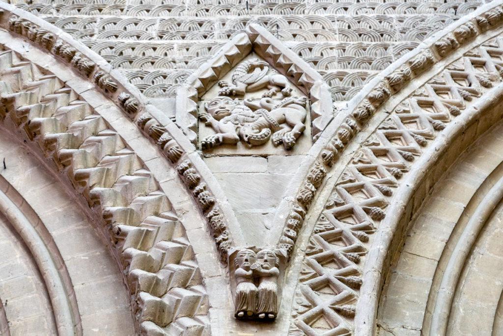Les amoureux scupltés dans la cathédrale de Bayeux