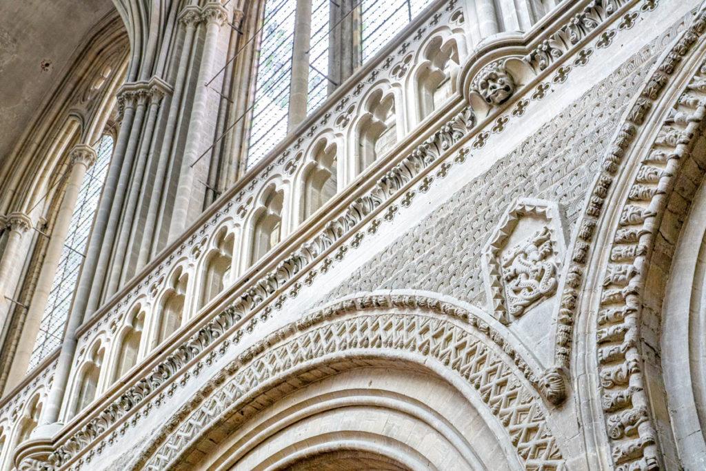 Murs sculptés de la cathédrale de Bayeux