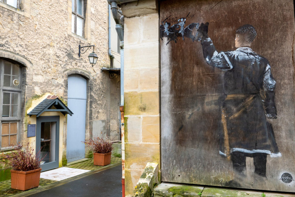 Street Art de Guillaume le Conquérant taguant la Tapisserie de Bayeux
