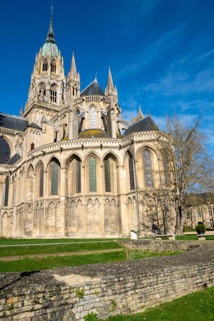 Vestige de l'enceinte médiévale de Bayeux au pied de la cathédrale
