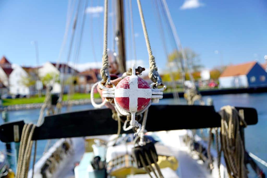 Dannebrog, le drapeau danois sur le mat d'un bateau
