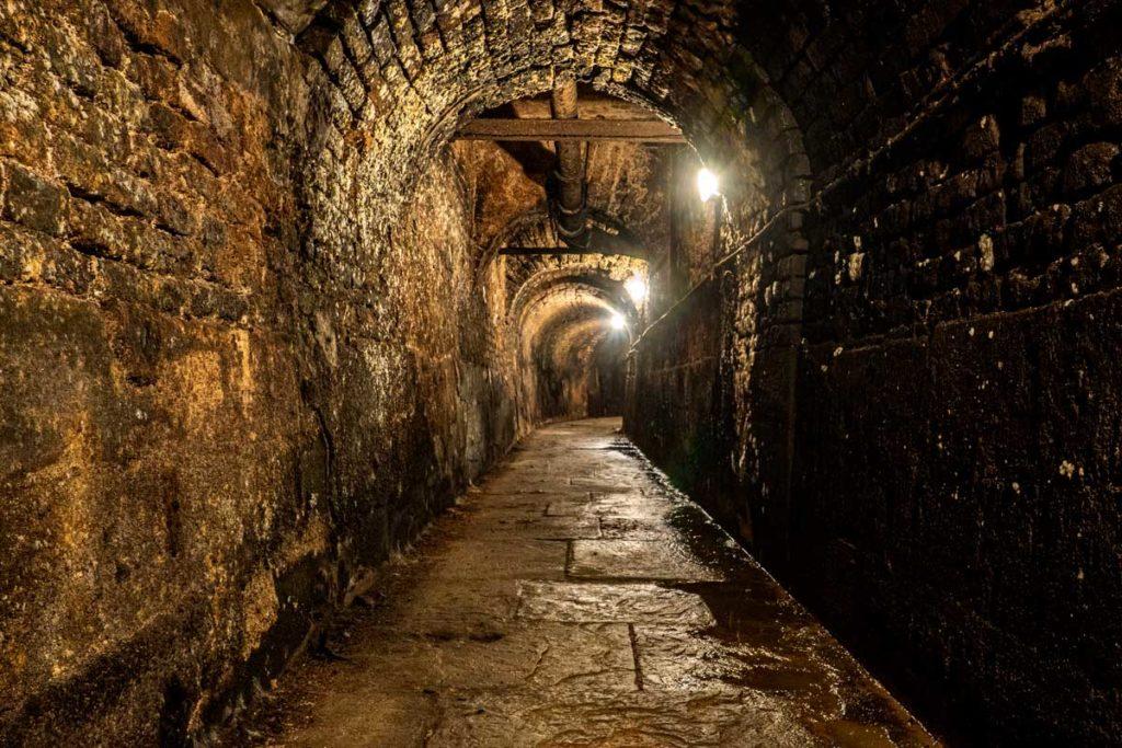 Souterrain sous les remparts de l'enceinte médiévale