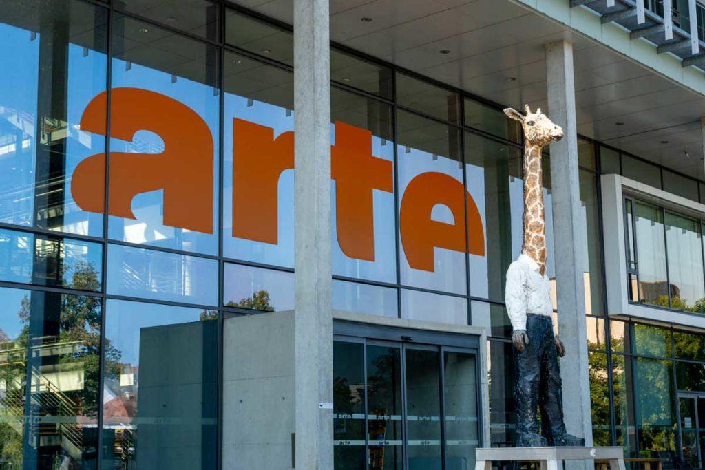 Homme-Girafe devant le siège d'Arte