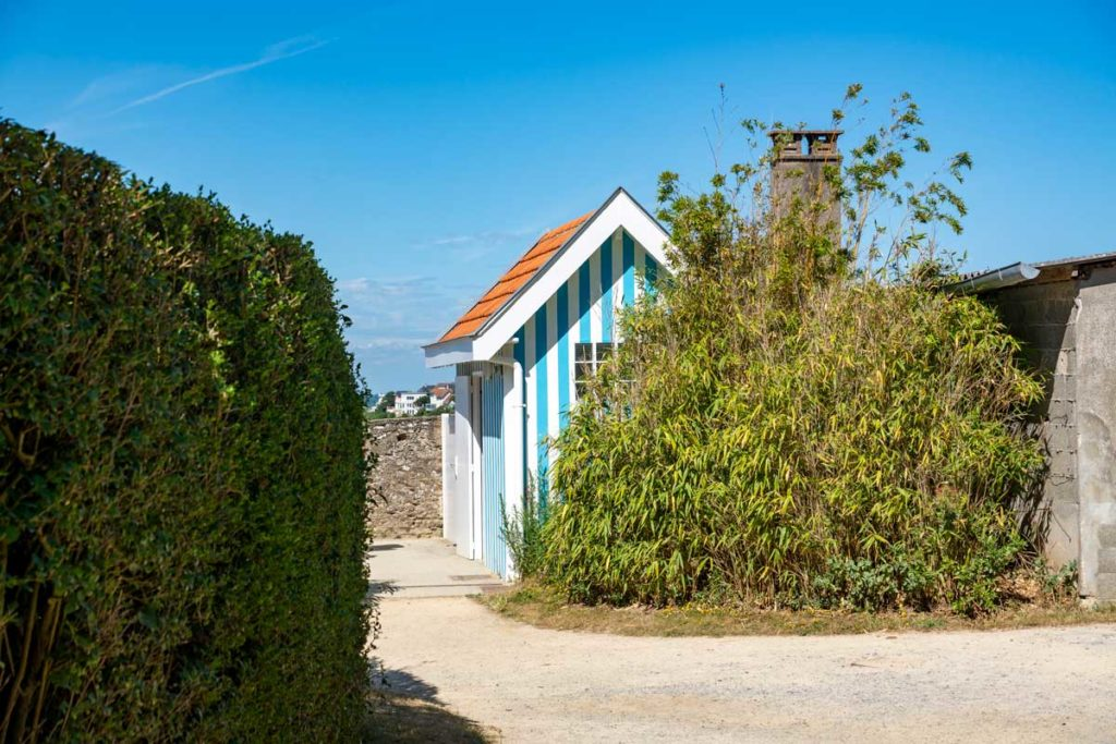 Toilettes en forme de cabane de plage