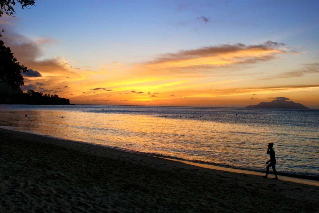 Coucher de soleil sur une plage des Seychelles