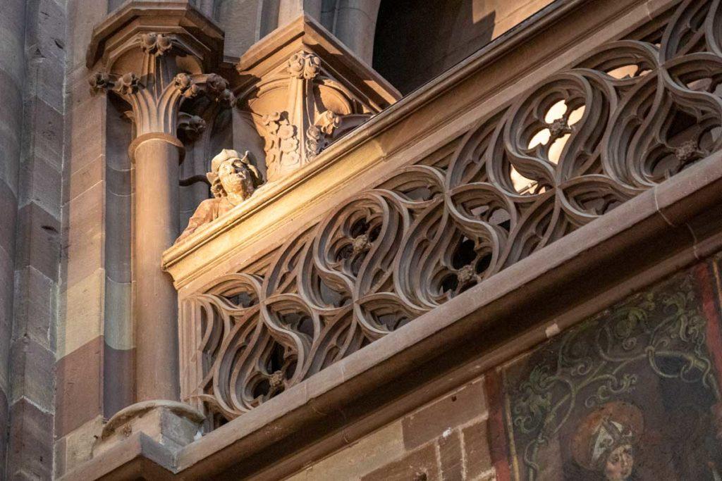 Homme à la balustrade dans la cathédrale