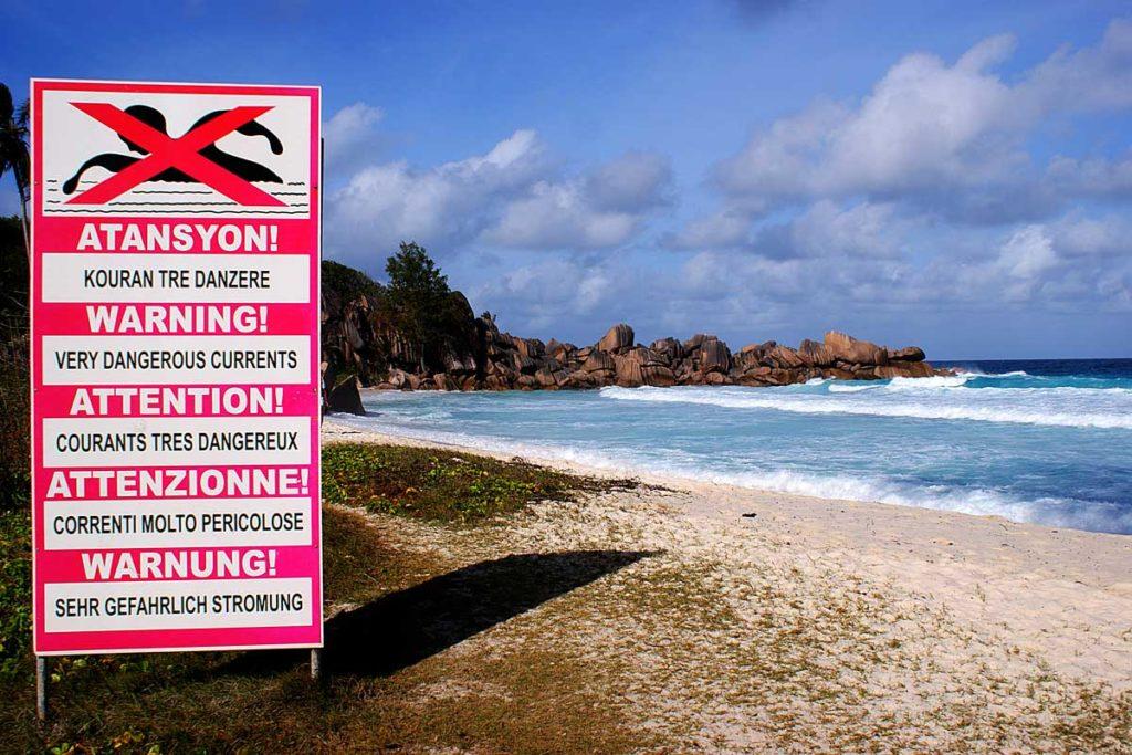 Panneau en créole sur une plage des Seychelles