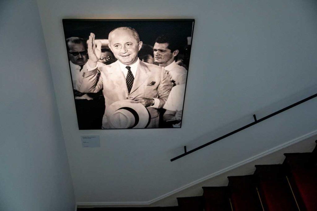 Portrait de Christian Dior dans sa villa de Granville