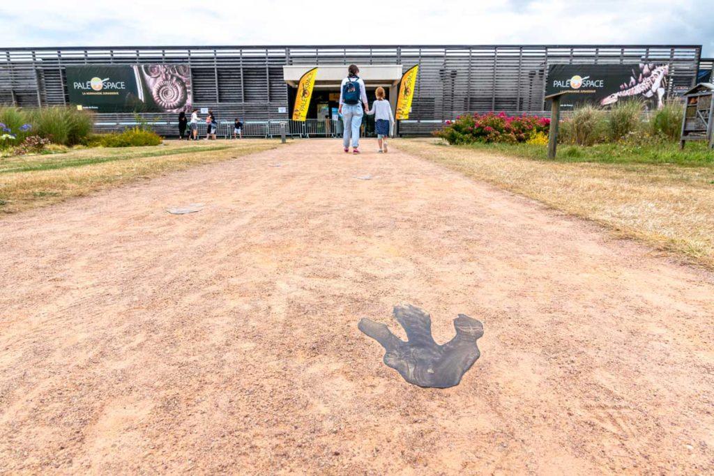 Traces de pas de dinosaure devant le Paleospace de Villers-sur-Mer