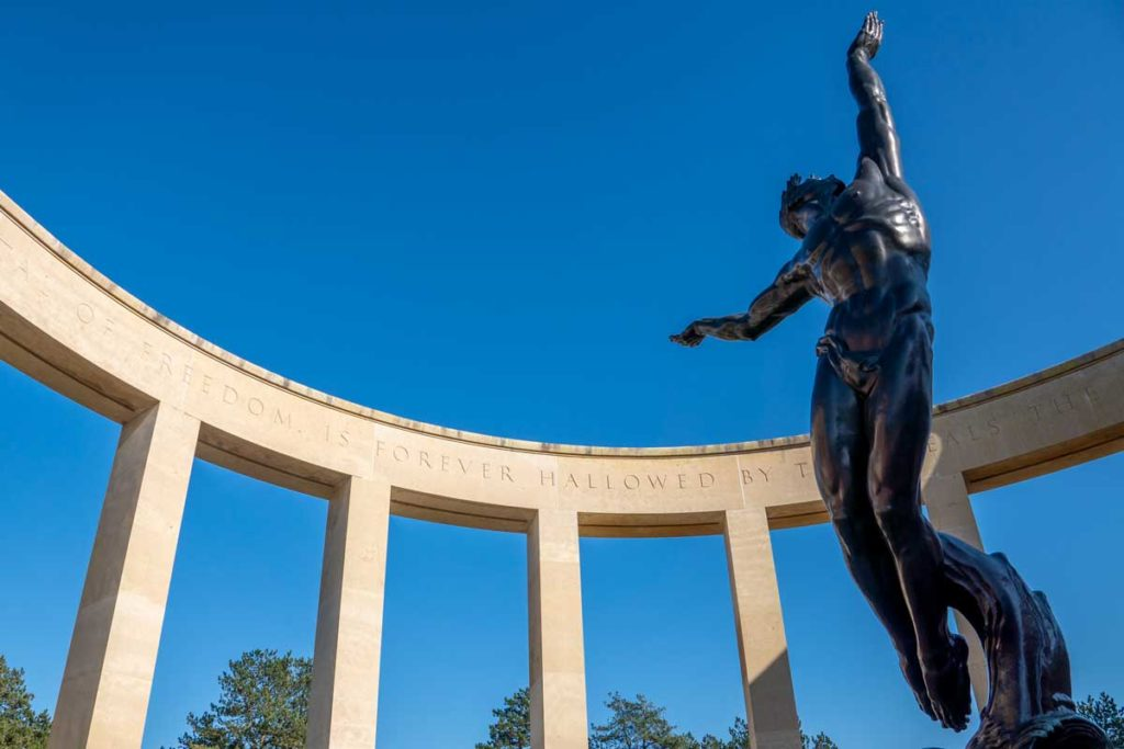 Colonnade et statue au cimetière américain en Normandie