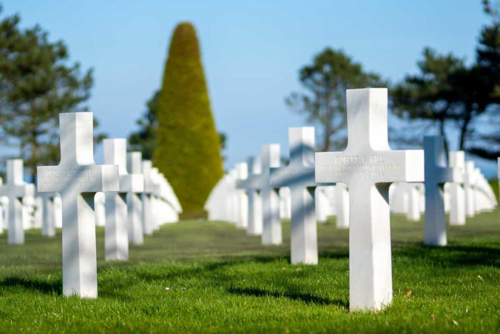Stèles en marbre blanc du cimetière américain de Colleville