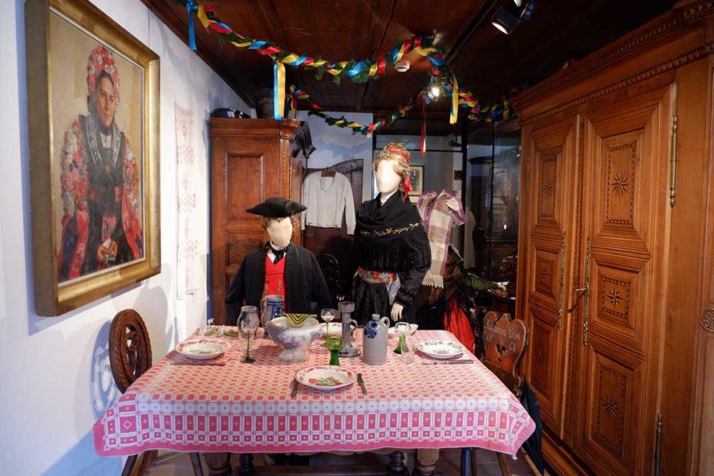 Alsaciens en costume traditionnel au musée alsacien